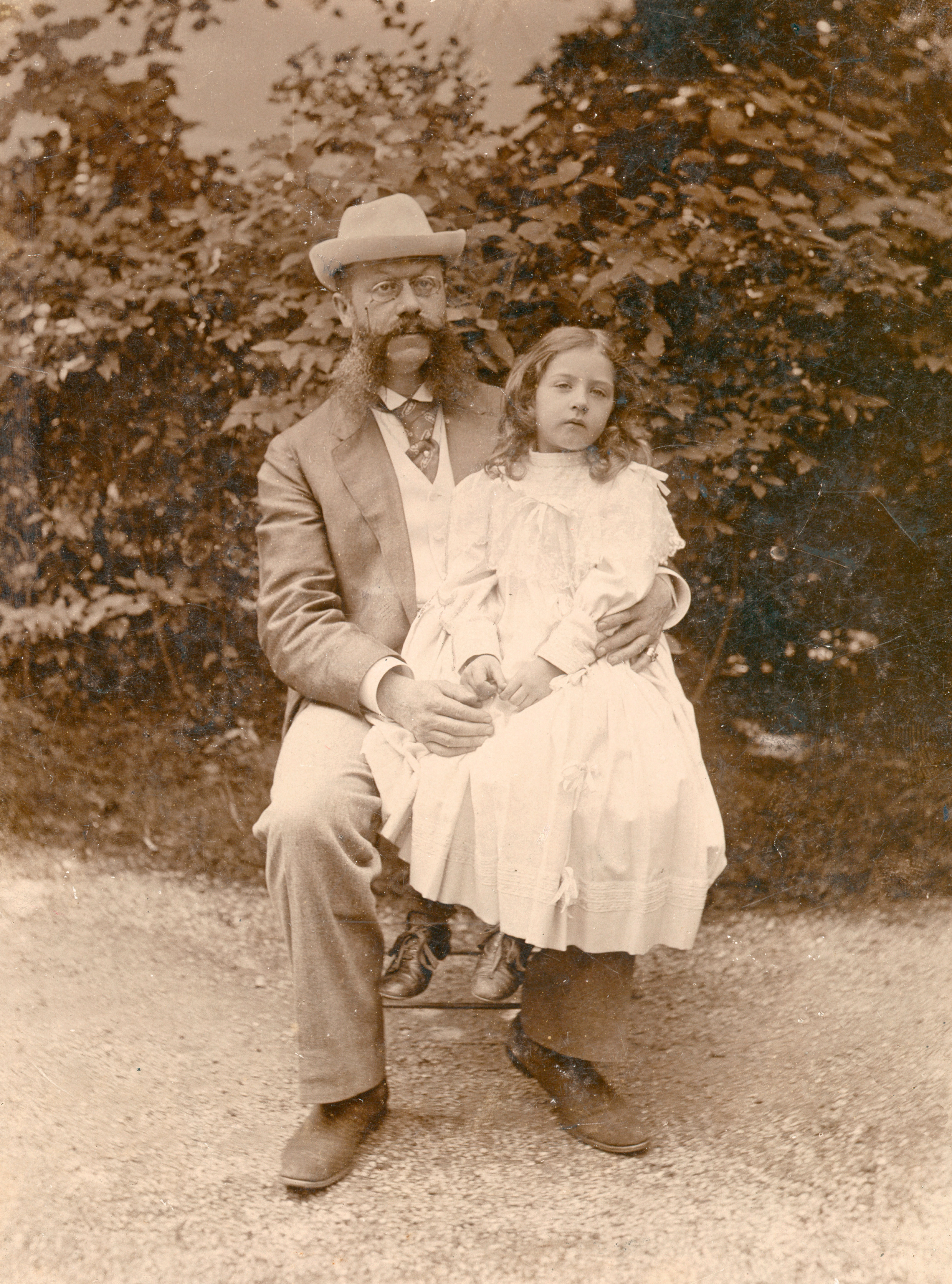 Emil Jellinek mit seiner Tochter Mercédès. Aufgenommen um 1895.   Emil Jellinek with his daughter, Mercédès. Photographed around 1895.